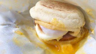セブン-イレブンの『エッグベネディクト風マフィン』食べてみました!とろ〜り半熟卵に要注意☆