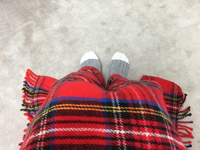 椅子に座ってひざ掛けをかけてみました。靴下が見えています。